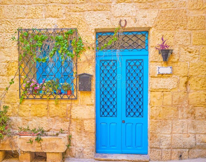 蓝色门在住宅房子,纳沙尔,马耳他里 免版税图库摄影