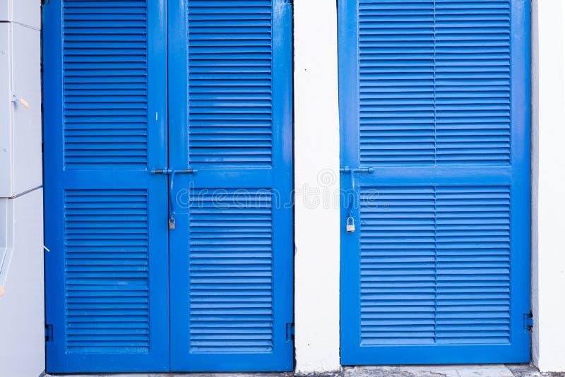 蓝色门在白色背景中 免版税库存图片