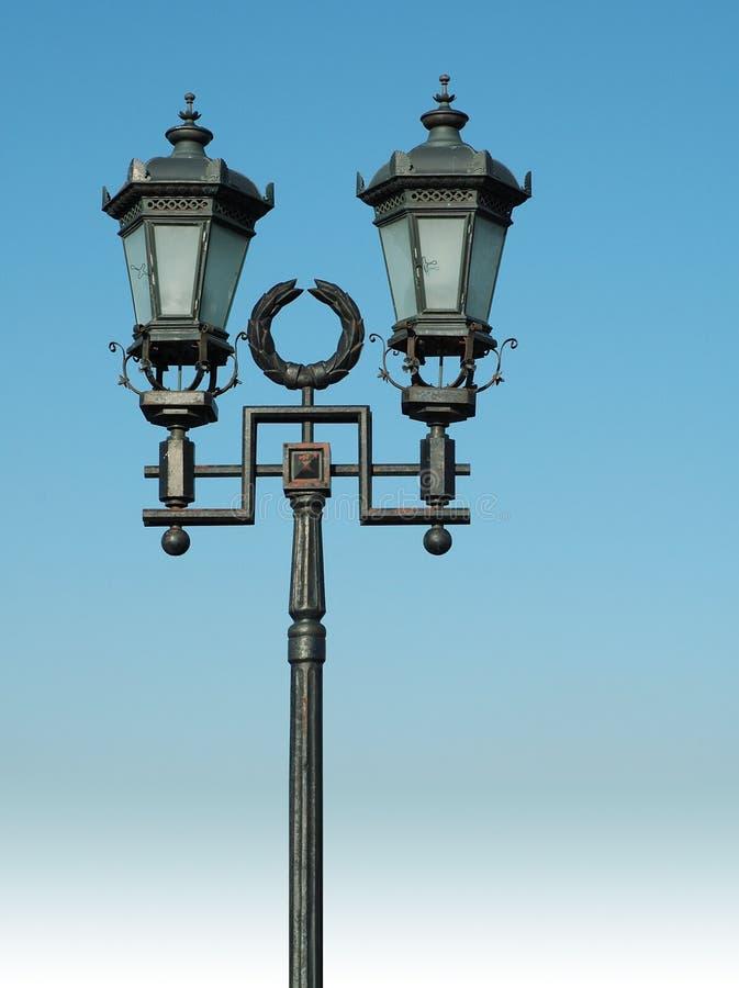 蓝色闪亮指示华丽天空街道 库存照片