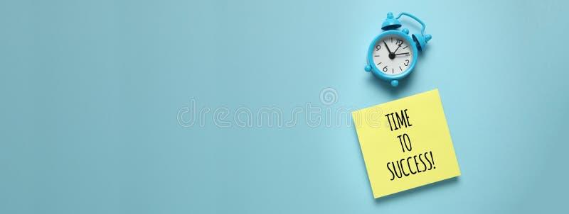 蓝色闹钟和纸提示 对成功管理、优先权、效率、控制和目标的时间 库存图片
