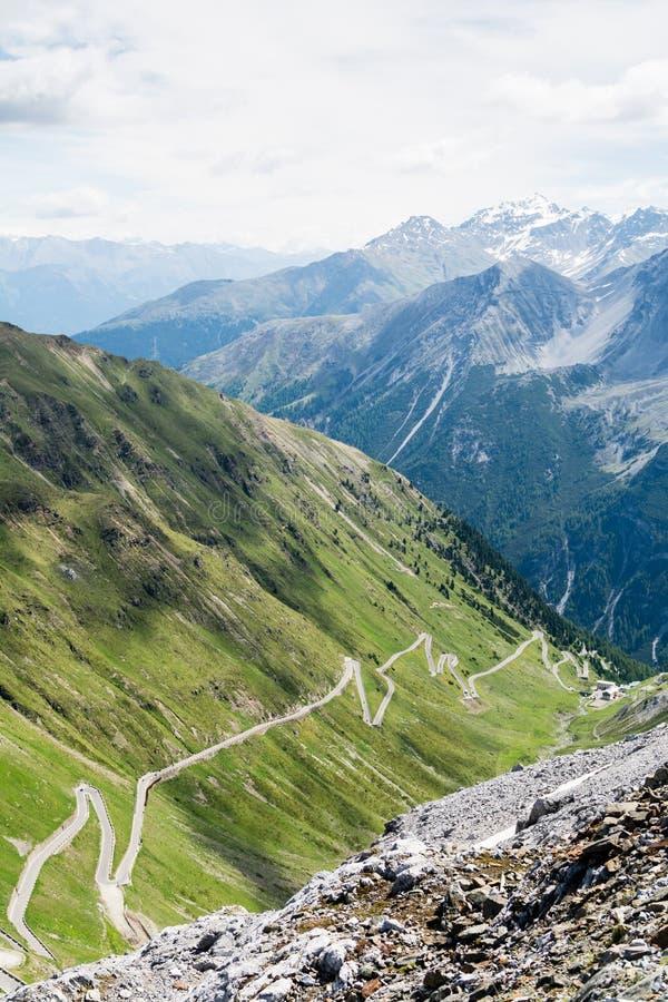 蓝色阿尔卑斯高山和青山围拢的阿尔卑斯路 Passo dello Stelvio急剧下降在Stelvio自然公园 免版税图库摄影