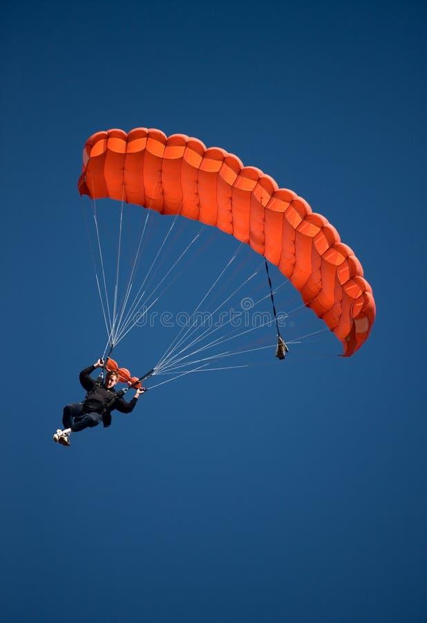 蓝色降伞红色天空 免版税库存图片