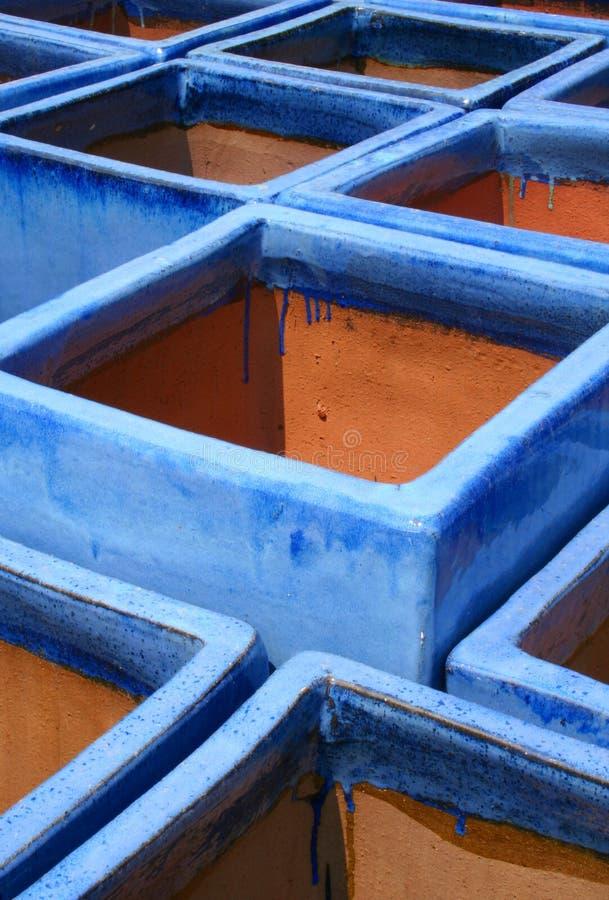 蓝色陶砖给上釉的罐土地 免版税库存照片