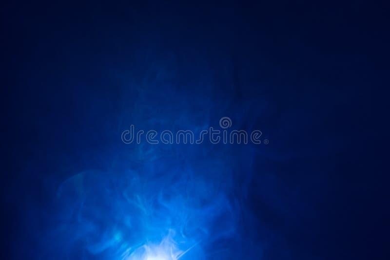 蓝色颜色光束,烟纹理聚光灯 筛选抽象背景 免版税库存照片