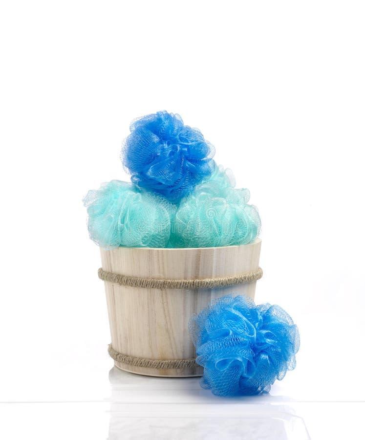 蓝色颜色海绵到反对卫生间气氛的木篮子里 图库摄影