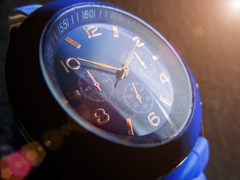 蓝色颜色特写镜头手表在灰色背景的 库存图片