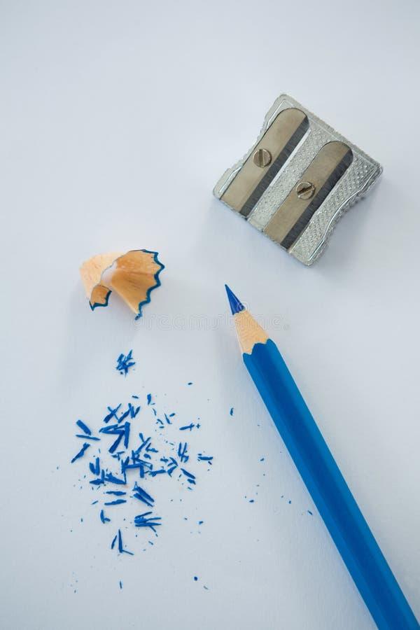 蓝色颜色铅笔特写镜头有铅笔刮和磨削器的 库存照片