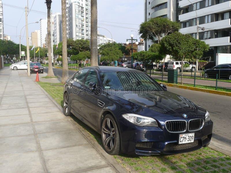 蓝色颜色BMW M5的正面图在利马 免版税库存图片