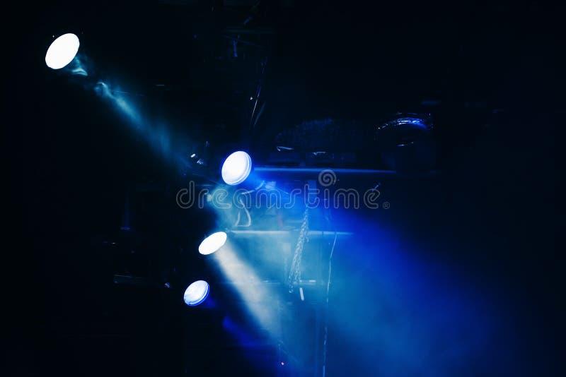 蓝色风景点光、射线和烟 库存图片