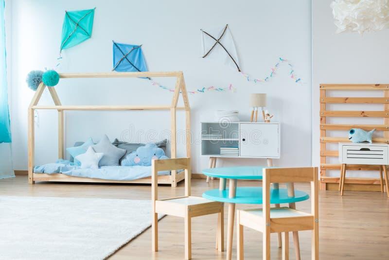 蓝色风筝在孩子卧室 免版税库存照片