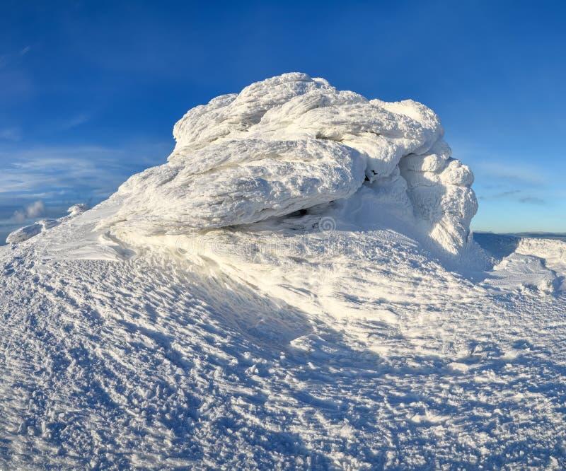 蓝色高山山脉天空冬天 神奇意想不到的岩石结冰与奇怪的童话形式和结构冰和雪  图库摄影