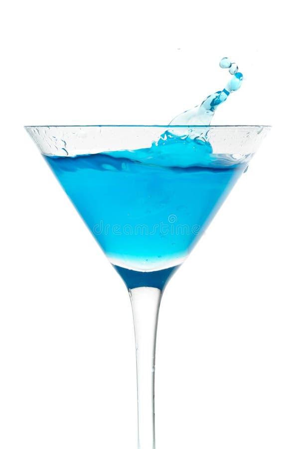 蓝色鸡尾酒杯行动飞溅 免版税库存照片
