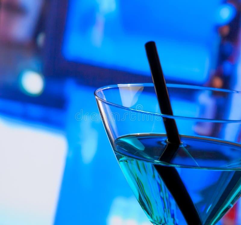 蓝色鸡尾酒饮料细节在一张酒吧桌上的与文本的空间 免版税图库摄影