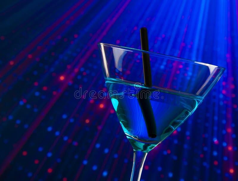蓝色鸡尾酒饮料细节在有空间的迪斯科文本的 库存图片