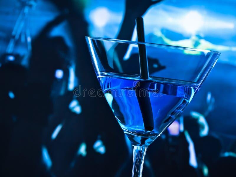 蓝色鸡尾酒饮料细节在迪斯科桌上的与文本的空间 免版税库存图片