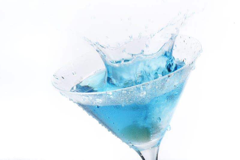 蓝色鸡尾酒马蒂尼鸡尾酒橄榄色飞溅 免版税库存图片