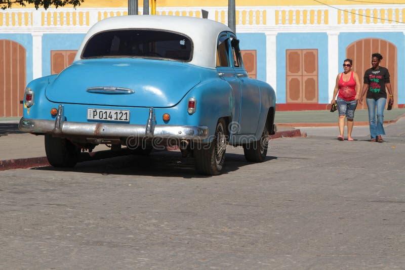 蓝色经典老美国汽车在特立尼达 库存图片