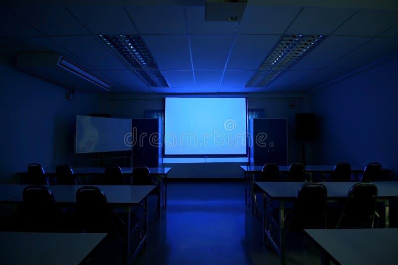 蓝色主持会议室表木头 库存图片