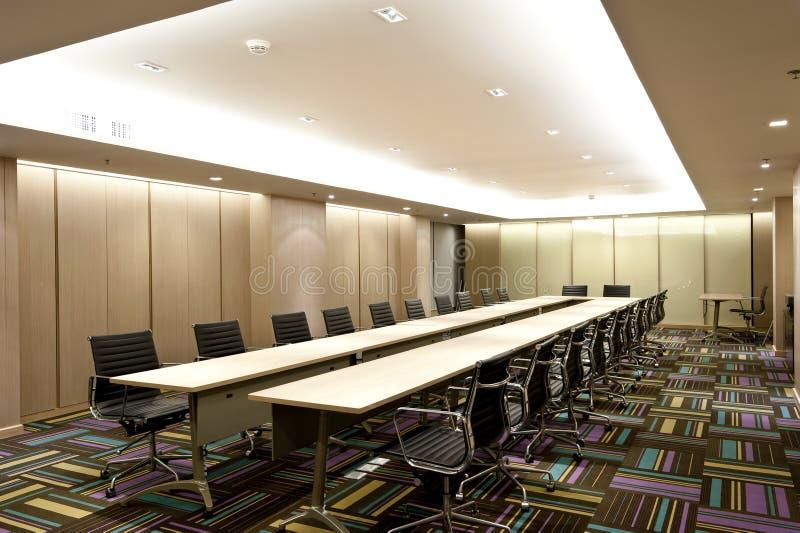 蓝色主持会议室表木头 库存照片
