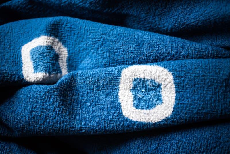 蓝色洗染的织品背景 纺织品纹理 免版税图库摄影