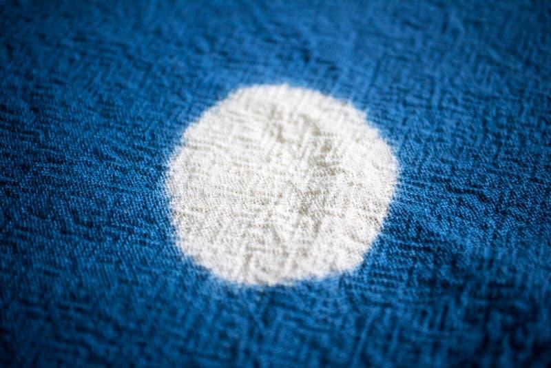 蓝色洗染的织品背景 纺织品纹理 免版税库存图片