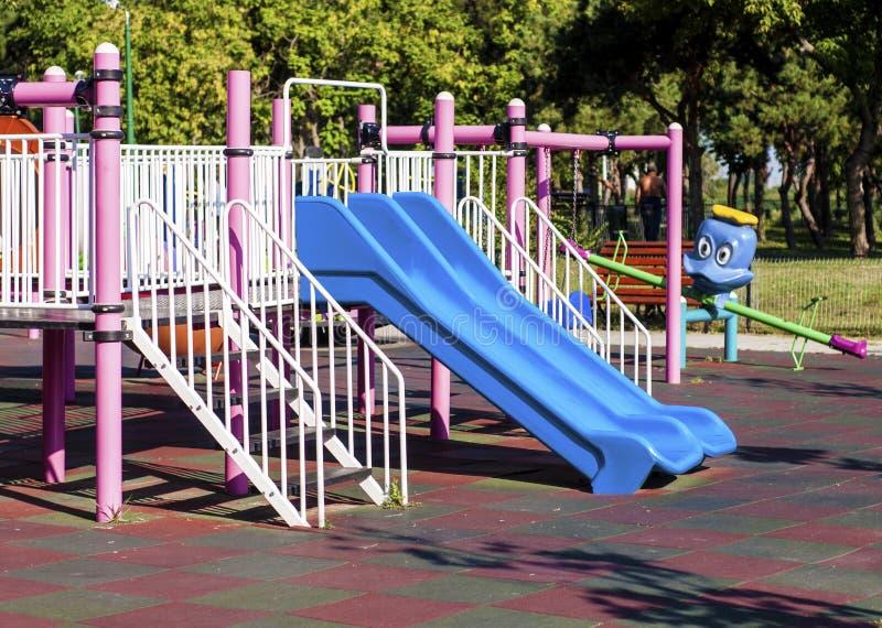 蓝色幻灯片在公园 免版税库存图片