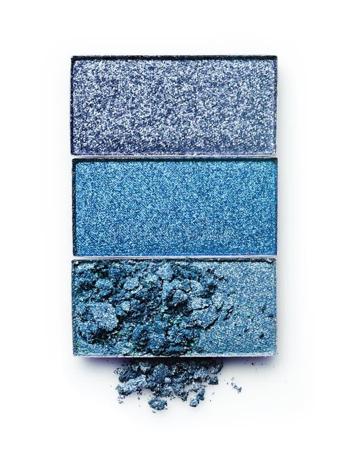 蓝色击碎了构成的眼影膏作为化妆产品样品  库存照片