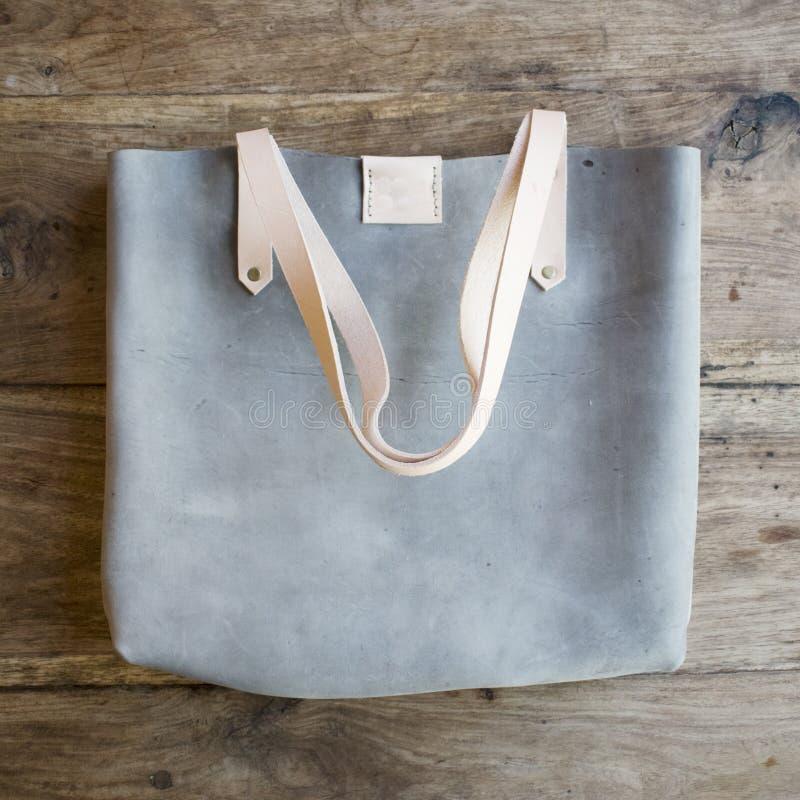 蓝色绒面革设计师袋子图片