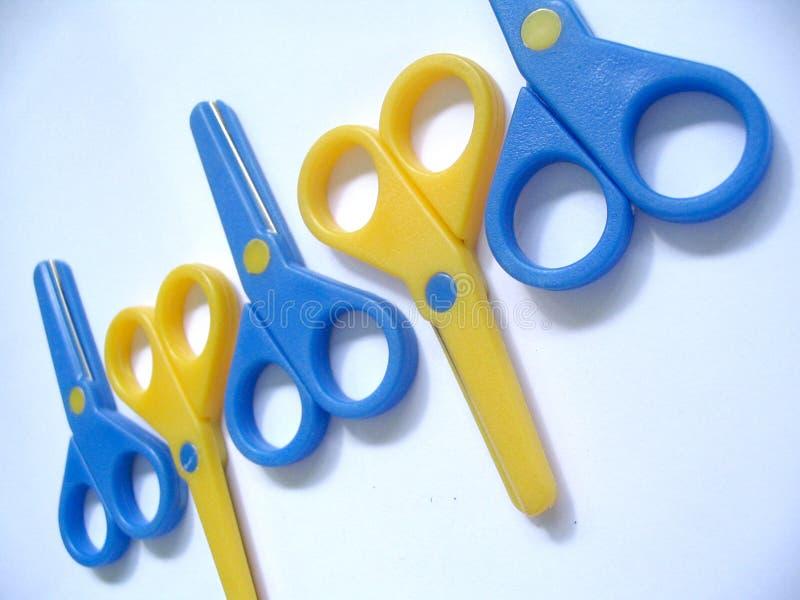 蓝色&黄色剪刀 免版税库存照片
