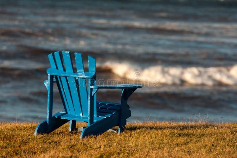 蓝色adirondack椅子 免版税库存照片