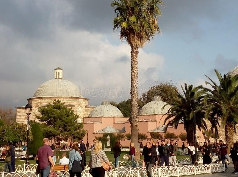 蓝色Archaeroligical公园和Ayasofya Hurrem苏丹Hamam在背景,伊斯坦布尔中 库存照片