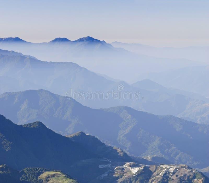 蓝色cloudscape有薄雾的山风景 库存照片
