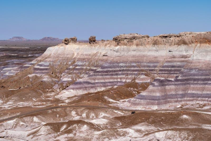 蓝色Mesa足迹在亚利桑那的石化林国家公园/彩绘沙漠在一个晴朗的夏日,显示美丽的岩石的 图库摄影