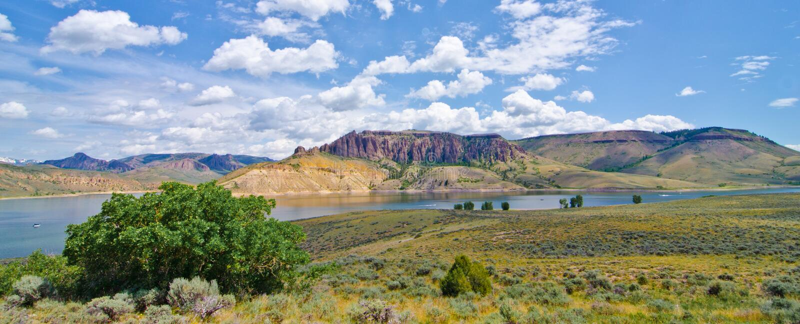 蓝色Mesa水库在Curecanti全国度假区在南科罗拉多 库存照片