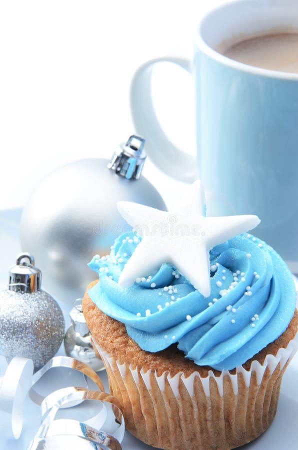 蓝色xmas杯形蛋糕 免版税库存照片