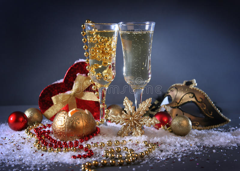 Download 蓝色xmas 库存图片. 图片 包括有 夜间, 存在, 酒精, 黄色, 蓝色, 圣诞节, 饮料, 礼品, 冬天 - 22350509