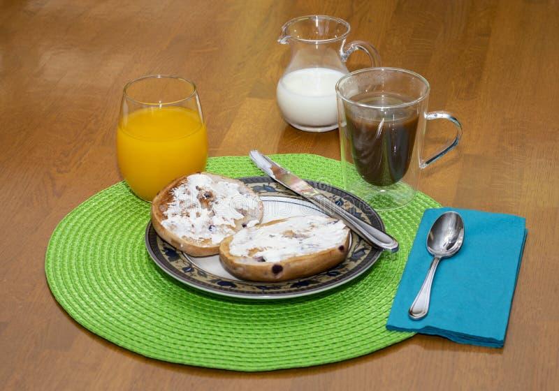 蓝莓与饮料的百吉卷早餐III 免版税库存图片