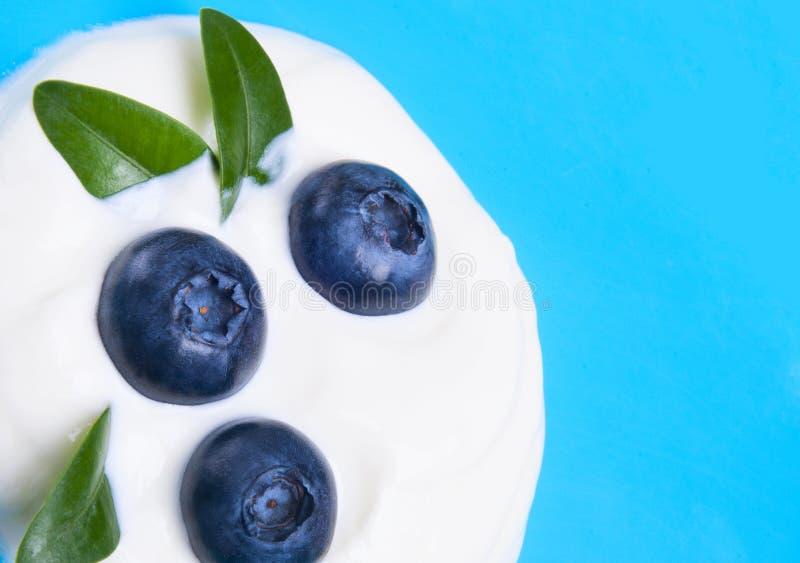 蓝莓和酸奶 免版税库存图片