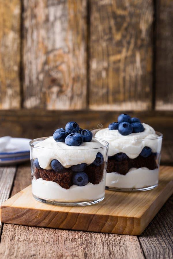 蓝莓在玻璃的巧克力蛋糕琐事 免版税图库摄影