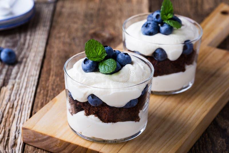 蓝莓在玻璃的巧克力蛋糕琐事 图库摄影