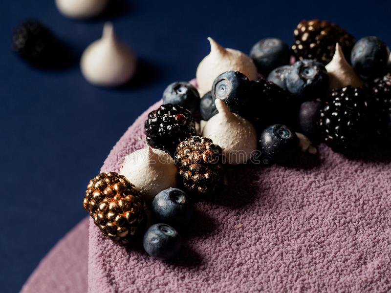 蓝莓奶油甜点蛋糕 免版税库存图片