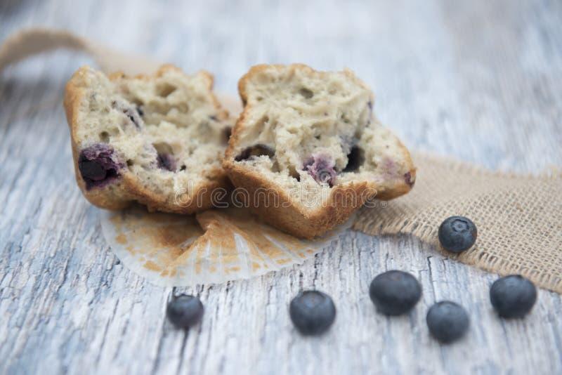 蓝莓松饼切成了两半围拢由蓝莓 库存图片