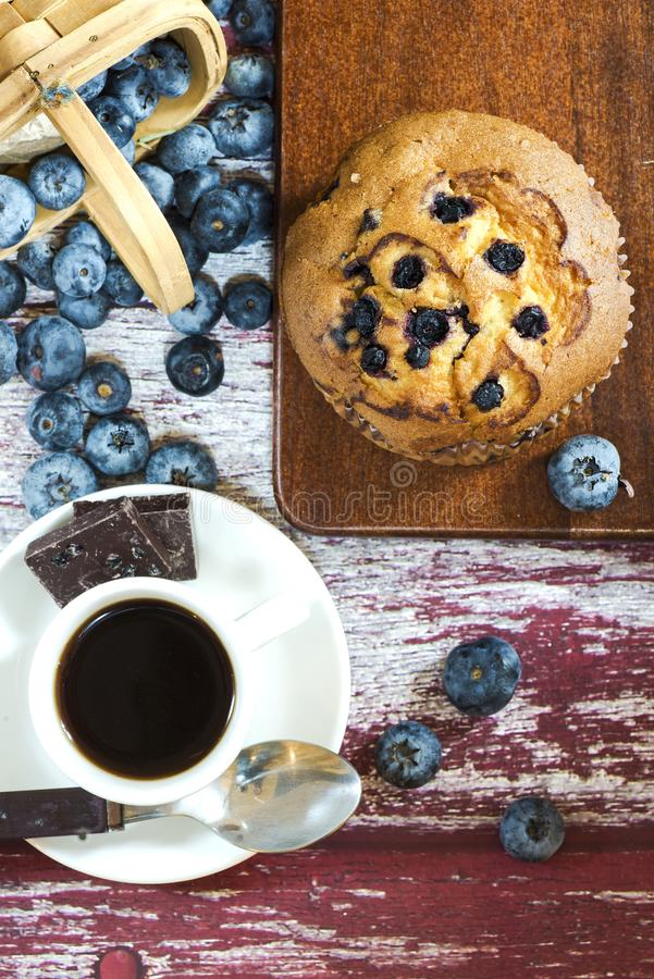 蓝莓松饼和咖啡 免版税库存图片