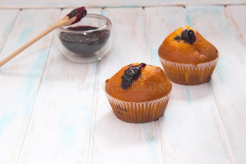 蓝莓松饼或杯形蛋糕在白色纹理 免版税库存图片