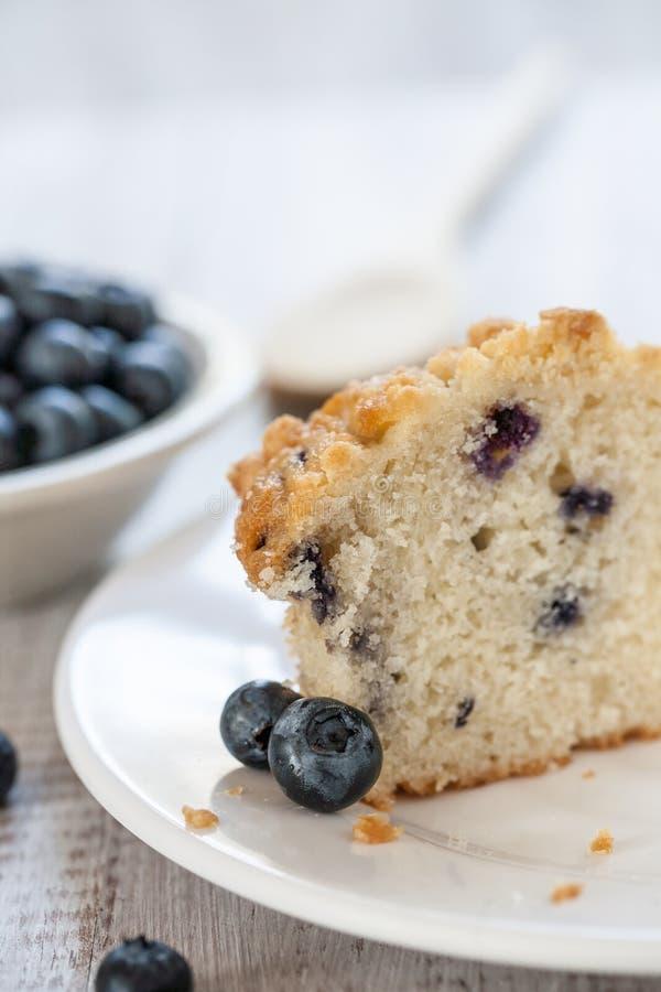 蓝莓松饼用木匙子切成了两半 库存照片