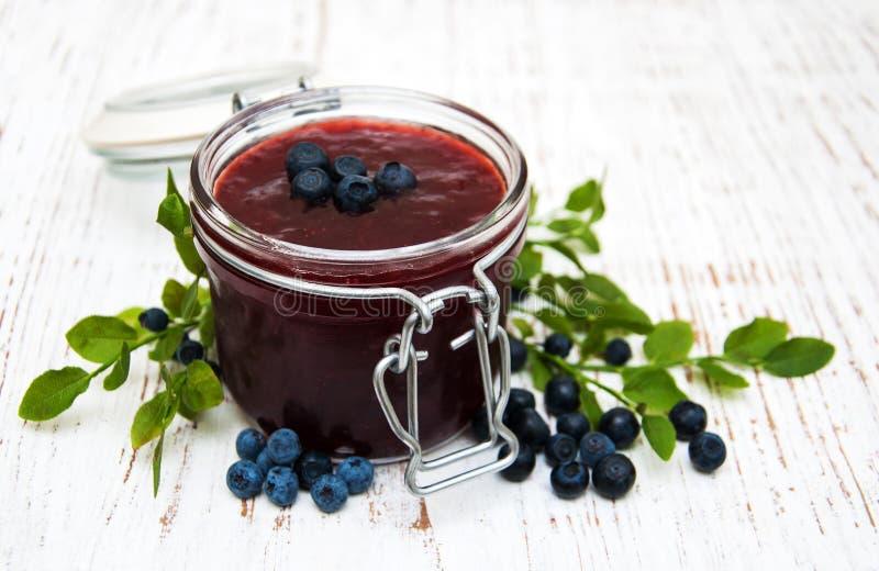 蓝莓果酱和新鲜的蓝莓 图库摄影