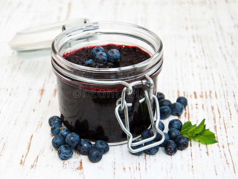 蓝莓果酱和新鲜的黑莓 图库摄影