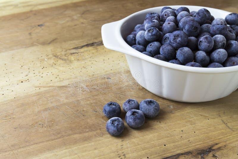 蓝莓特写镜头在木桌上的 免版税库存图片