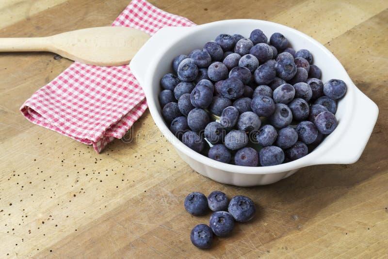 蓝莓特写镜头在木桌上的 库存照片