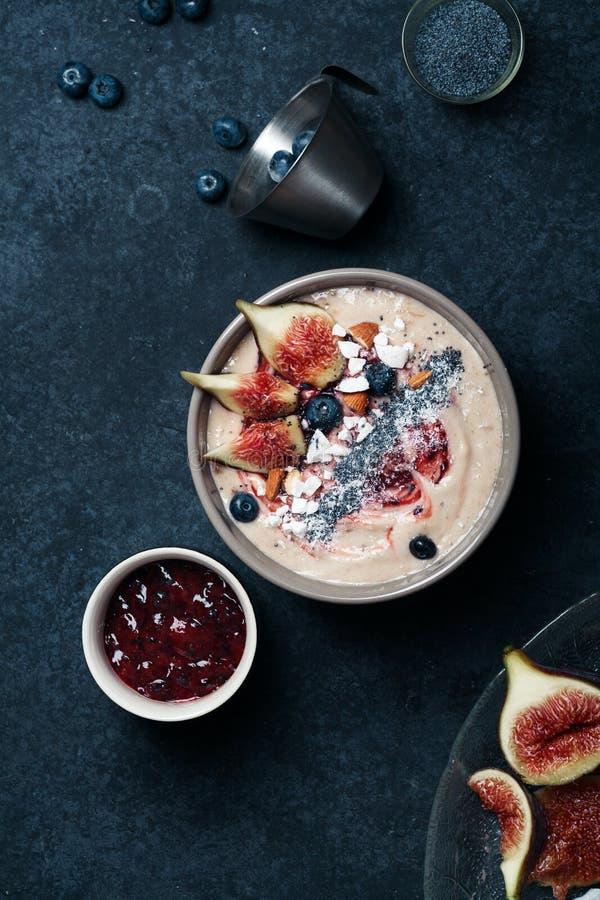 蓝莓香蕉圆滑的人碗用无花果和椰子 库存图片